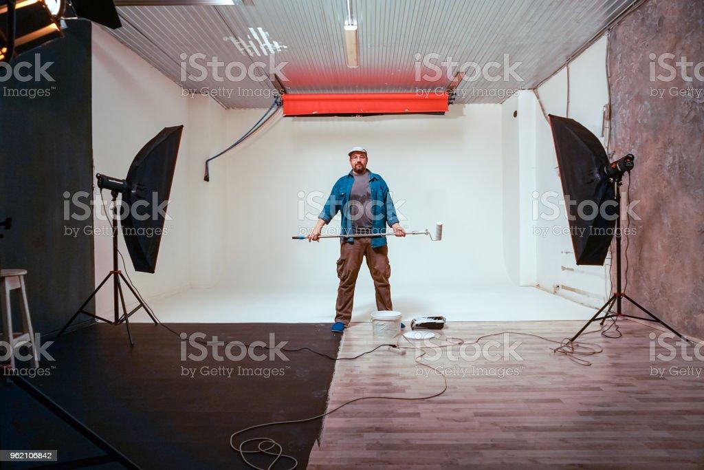 Man Malt Etagen Mit Weißer Farbe Stockfoto Und Mehr Bilder Von