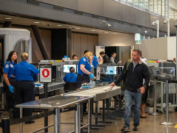 man geht aber transportation security administration tsa-sicherheitskontrolle am seattle-tacoma international airport - wachpersonal stock-fotos und bilder