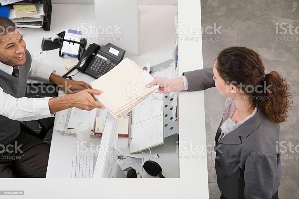 Homme passant fichier à un collègue - Photo
