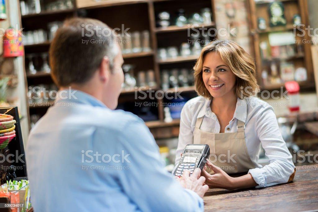 Hombre pagando con tarjeta en una cafetería foto de stock libre de derechos