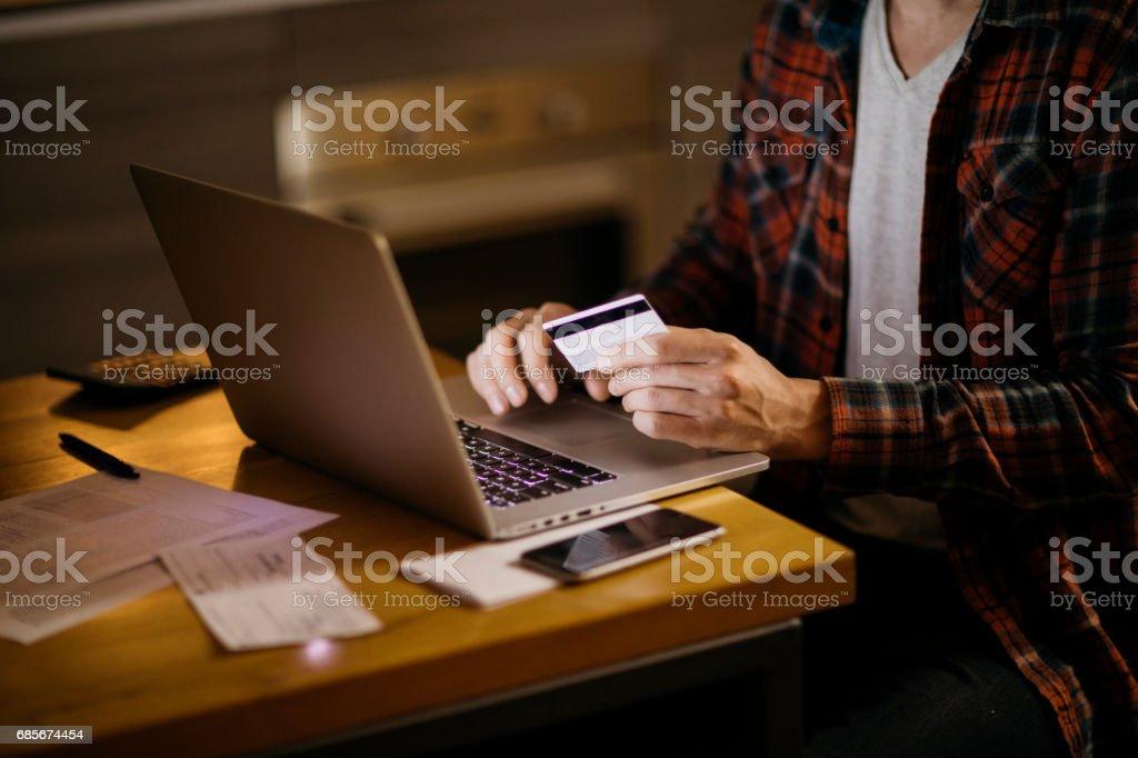 인터넷을 통해 지불 하는 사람 royalty-free 스톡 사진