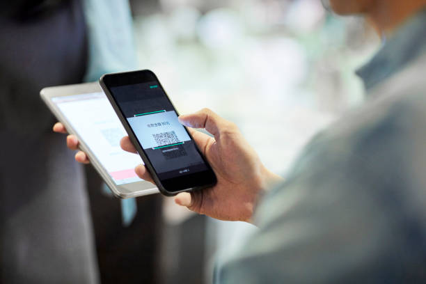 Mann zahlt per Smartphone im Café – Foto