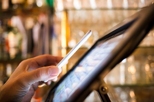 Mann bezahlen mit NFC-Technologie auf dem Mobiltelefon in restaurant – Foto