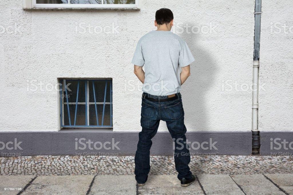 Man pissing on number 6 foto 442