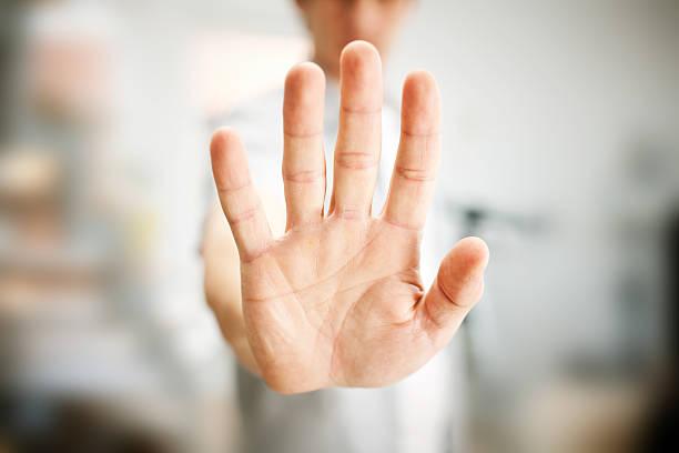 uomo mostrando gesto di stop - palmo foto e immagini stock