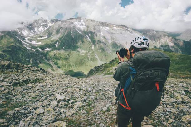 Mann-Fotografen fotografieren Berge Landschaft Reisen Lifestyle Fernweh Abenteuer Konzept Urlaub im freien in die freie Wildbahn – Foto