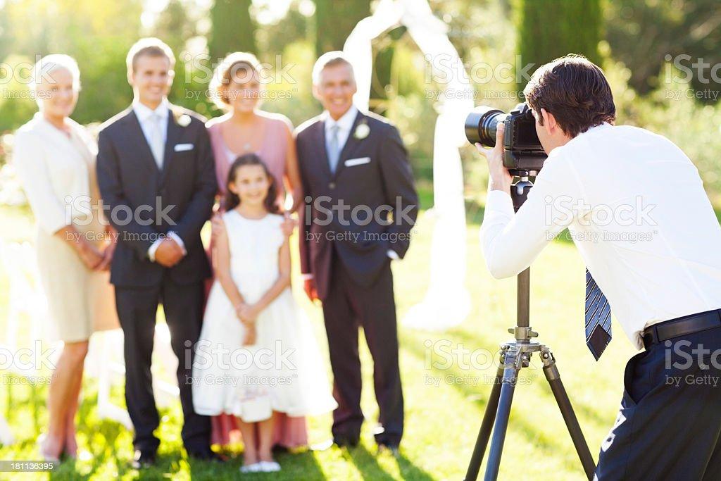 Mann Fotografieren Familie Bei Hochzeit Im Freien Stock Fotografie