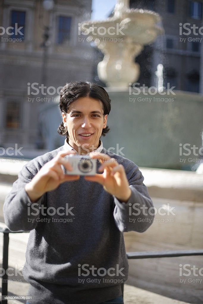 Man photographing street foto de stock royalty-free