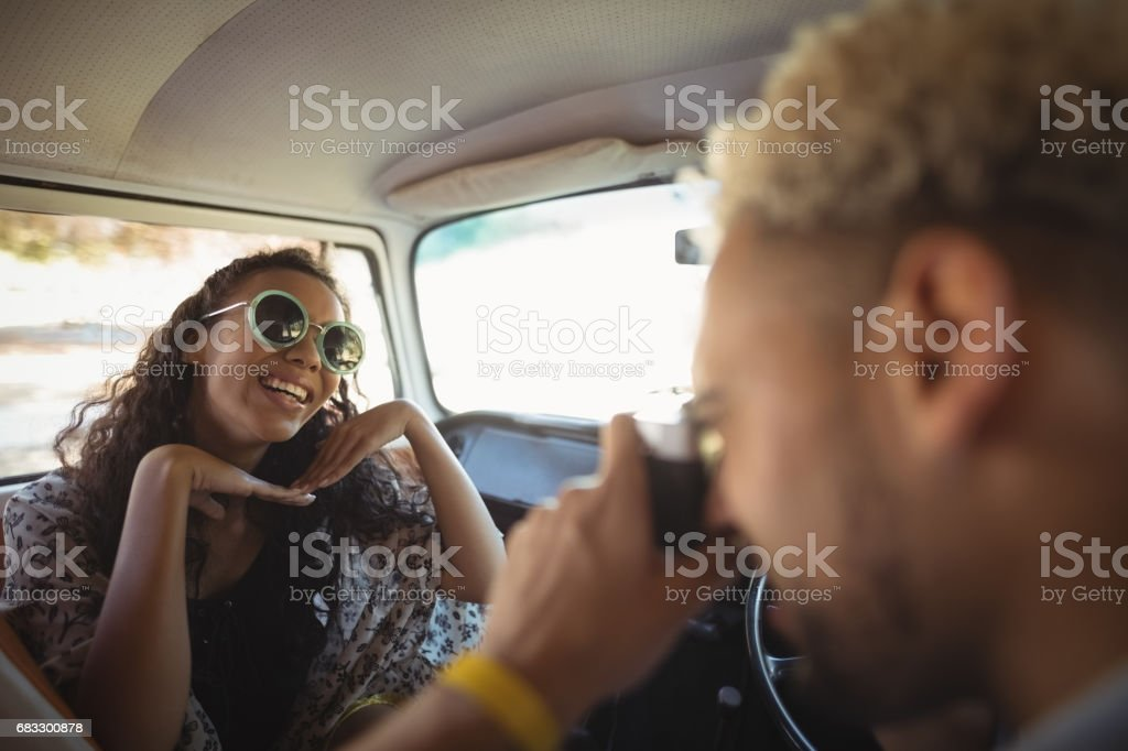 Man fotograferen vrouw in busje royalty free stockfoto