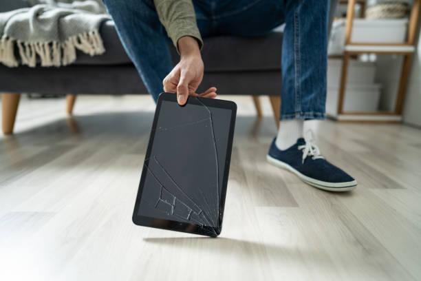 Mann nimmt die kaputte digitale Tablet – Foto