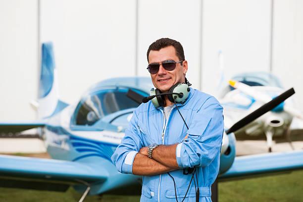 mann pilot blick auf karte, die vorbereitung für flying - flugschule stock-fotos und bilder