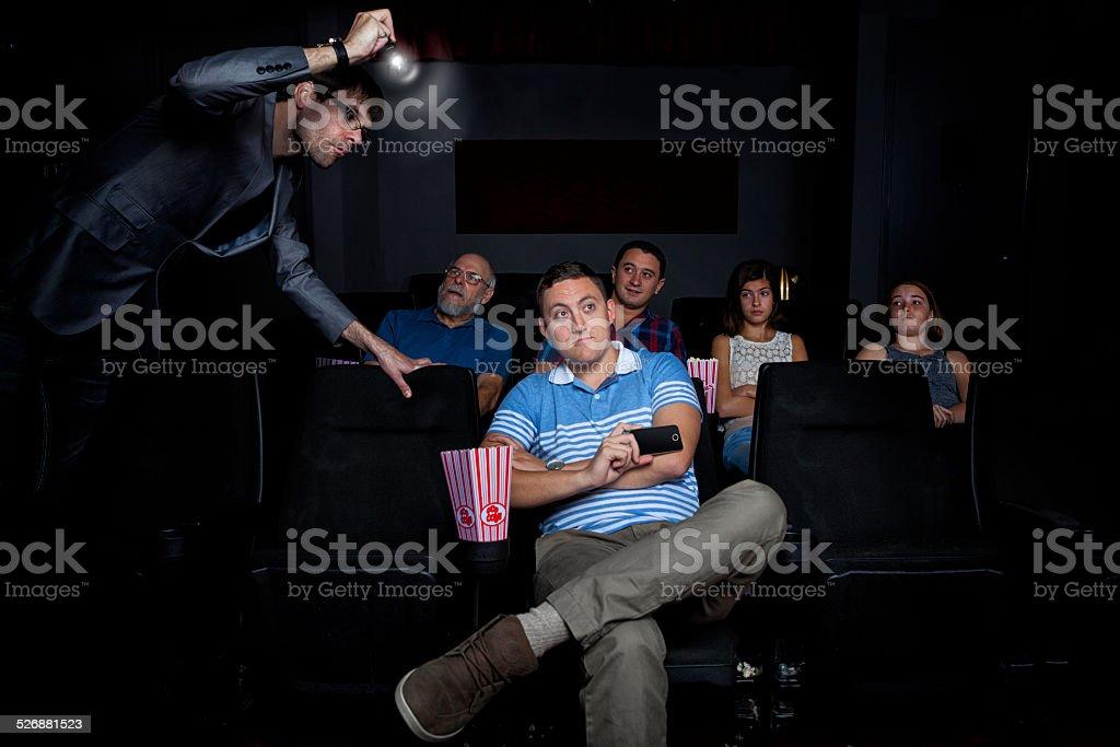 Hombre Pirating película en el cine - foto de stock