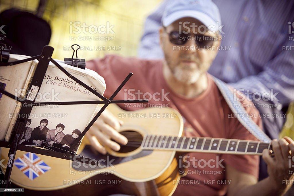 Uomo suona Beatles canzoni - foto stock