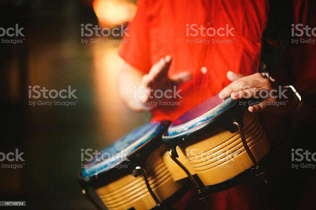 Hombre jugando bongos - foto de stock