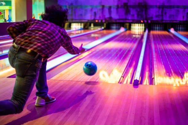 man spelen bowlen - bowlen stockfoto's en -beelden