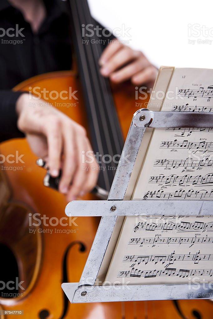 Homme jouant avec violoncelle de se concentrer sur les résultats photo libre de droits