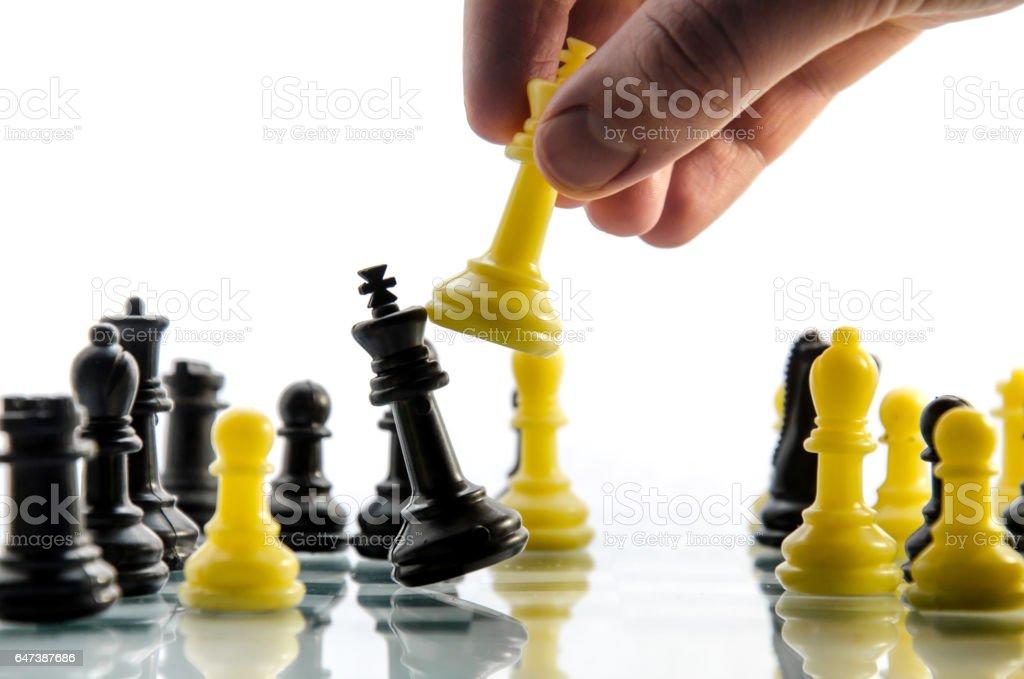 Jeu d'échecs de l'homme et gagne le roi noir - Photo