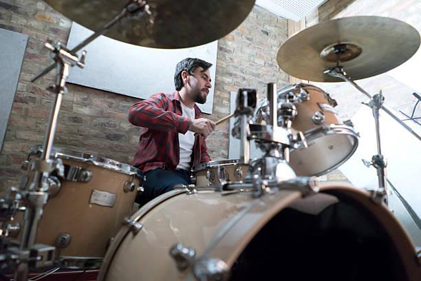 Man playing drums at a recording studio - foto de acervo