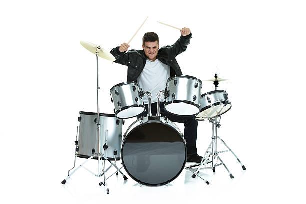 mann spielt trommeln - schlagzeuge stock-fotos und bilder