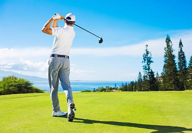 Man Golf spielen, schlagen den Ball vom Tee – Foto