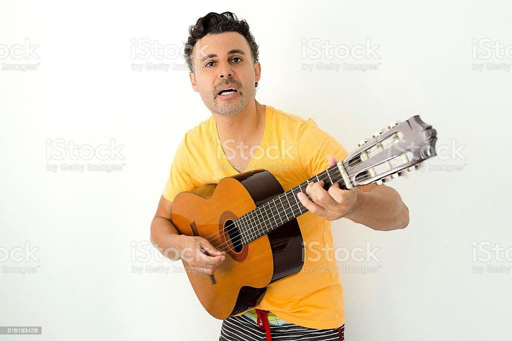 Homem tocando violão stock photo