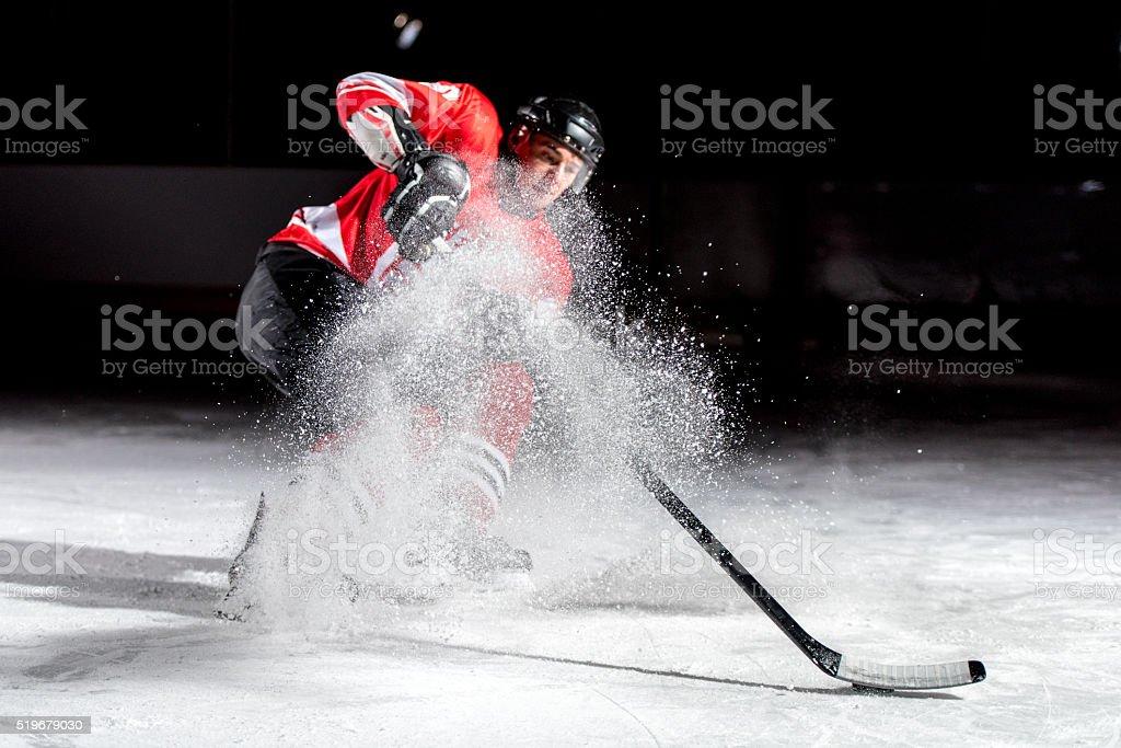 Uomo giocando hockey su ghiaccio - Foto stock royalty-free di 20-24 anni