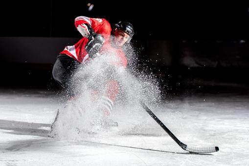 Uomo Giocando Hockey Su Ghiaccio - Fotografie stock e altre immagini di 20-24 anni