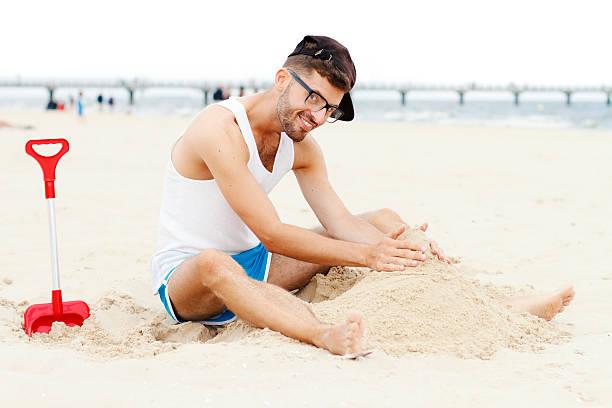 Człowiek, grając w piasek – zdjęcie