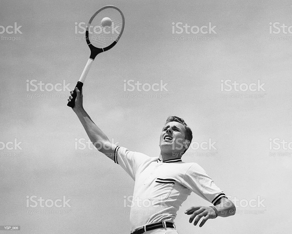 Homme jouant au tennis photo libre de droits
