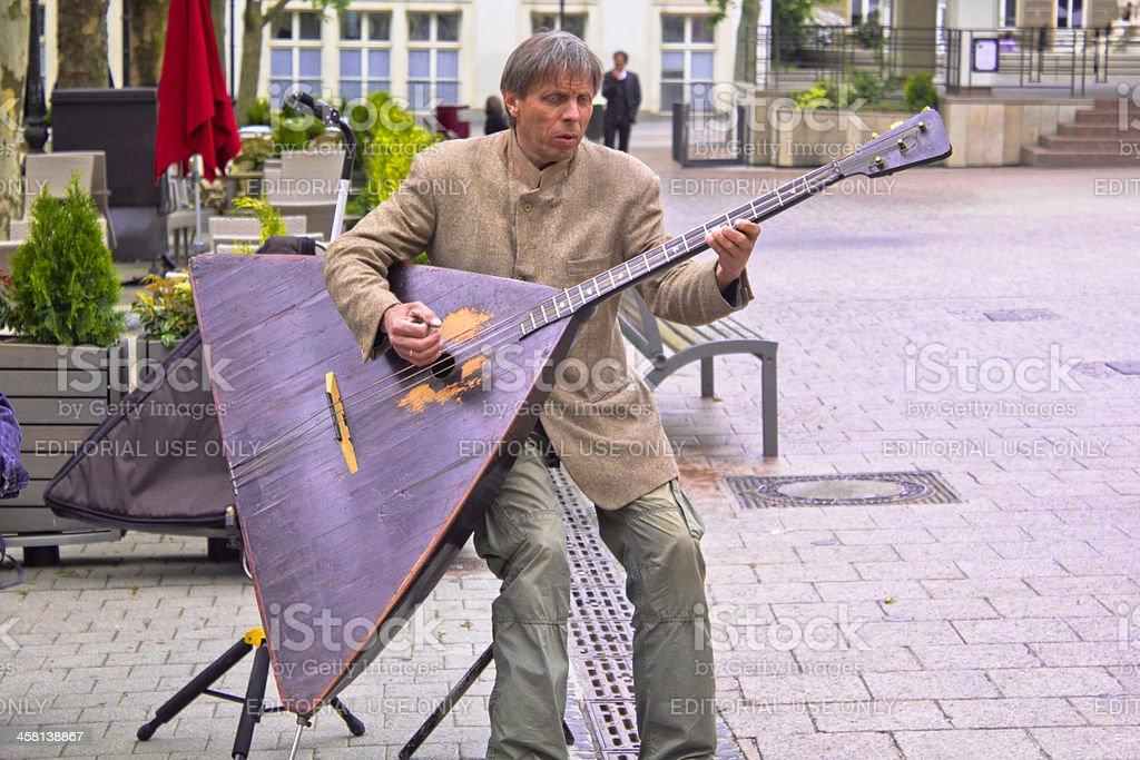 Mann spielt die balalaika – Foto