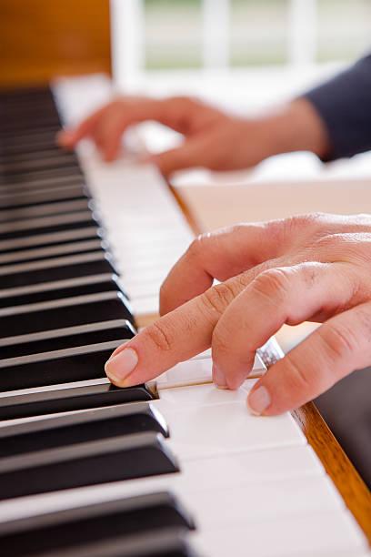 man spielt klavier - probeessen spiele stock-fotos und bilder