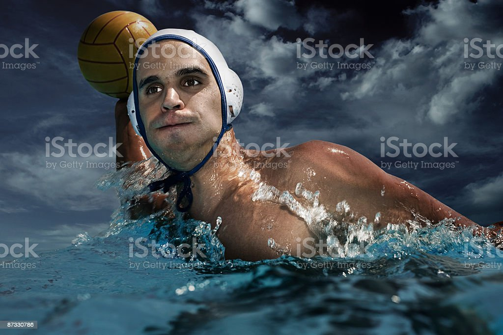 Homme jouant au water polo photo libre de droits