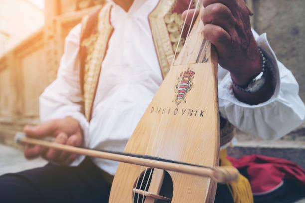 Man spielt kroatische Musikinstrument in Dubrovnik – Foto