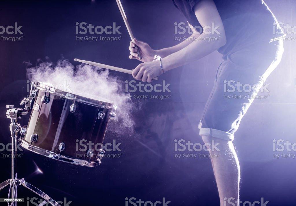 Hombre Toca Instrumento Musical De Percusión Con Palos Un Concepto ...