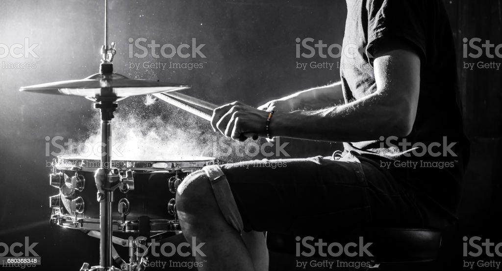 Toca instrumento musical de percussão com varas, um conceito musical, belo iluminação no palco - foto de acervo