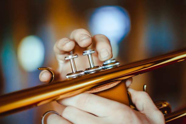 Man spielt Trompete – Foto