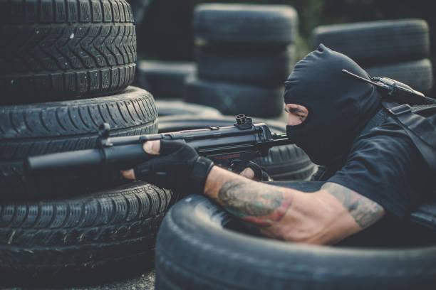 mann zeigte eine gewehr - wächter tattoo stock-fotos und bilder