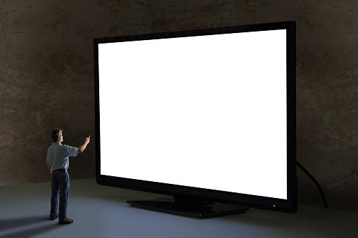 Hombre Punteagudo Tv Con Control Remoto En La Televisión Gigante Más Grande Del Mundo Con Pantalla En Blanco Foto de stock y más banco de imágenes de Adulto