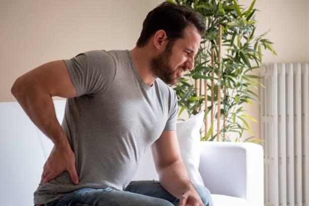 Porträt des Mannes für schmerzhafte Rückenschmerzen schlecht fühlen – Foto
