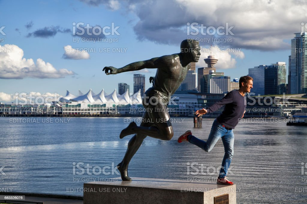 Man posing for picture in front of city skyline, Vancouver,Canada foto stock royalty-free