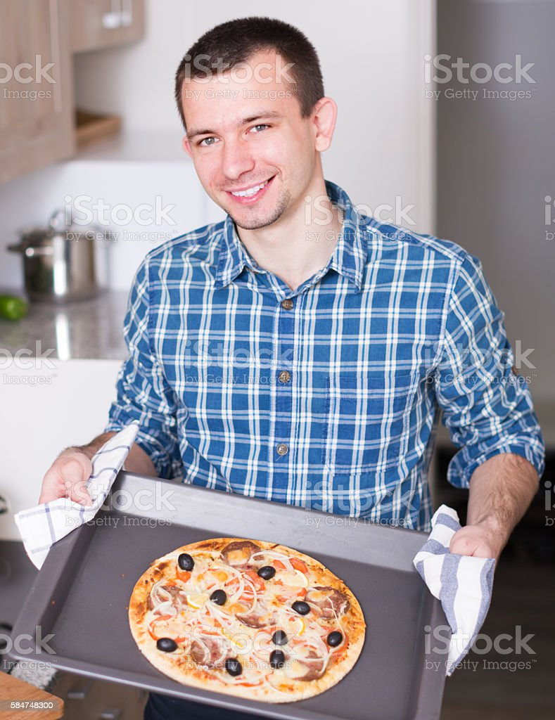man posing with delicious pizza – Foto