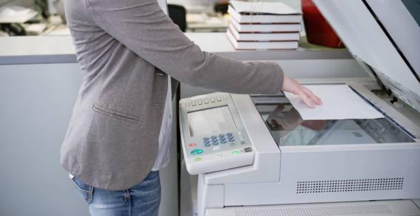 document de positionnement sur zerox machine l'homme - photocopieuse photos et images de collection