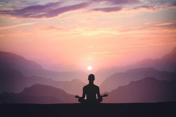 o homem pratica a ioga e medita na montanha. - lotus - fotografias e filmes do acervo