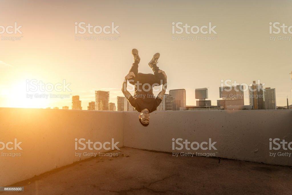 Hombre practicando parkour en la ciudad de Barcelona Cataluña España - foto de stock