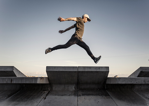 istock Man practicing parkour in the city 883055314