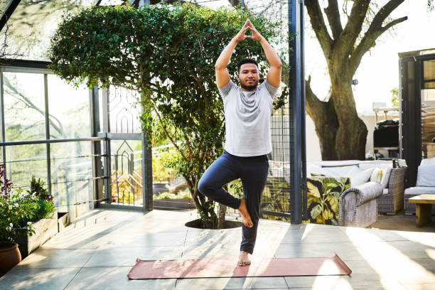 Mensch übt Baumpose in Yoga-Klasse – Foto