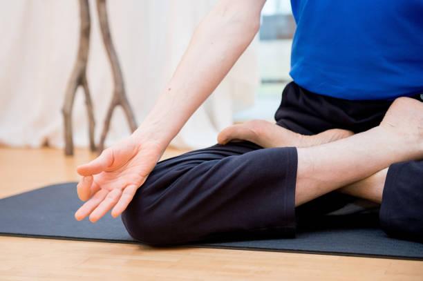 Mann üben yoga im Freien – Foto