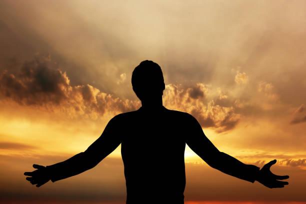 menschen beten, meditieren in harmonie und frieden bei sonnenuntergang - gott sei dank stock-fotos und bilder