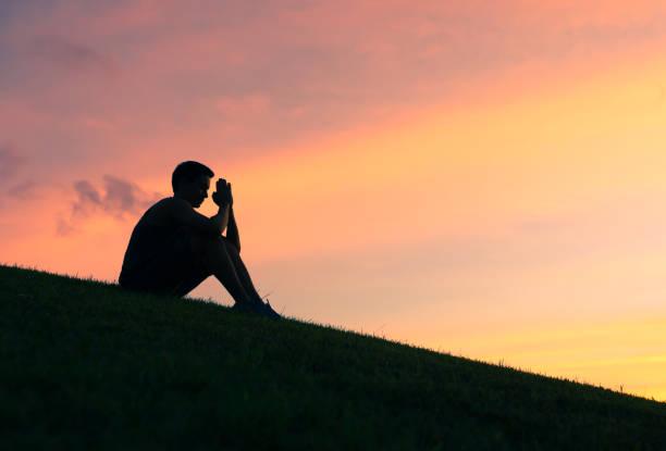 człowiek modlący się - bóg zdjęcia i obrazy z banku zdjęć