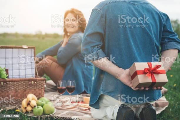 Man Prepared Present For His Wife In The Nature — стоковые фотографии и другие картинки Близость